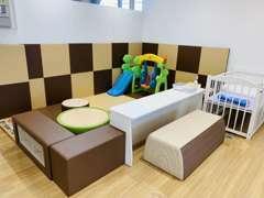 キッズコーナーは柔らかいフロアマットを採用しておりますので、小さなお子様も安心してお待ちいただけます。