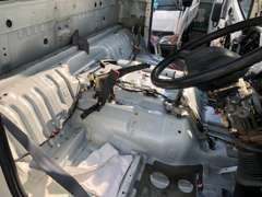 運転席、周辺部分ははずしてクリーニング。床だって洗います。