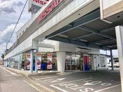 入口はこちらです。奥に入っていただくと、お客様用駐車場とサービス工場がございます。