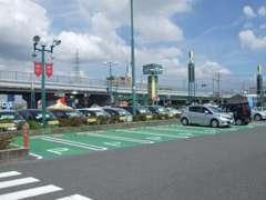 こちらにお客様専用の駐車場がございます。広めにスペースを確保していますのでご安心下さいね。