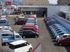 100台規模の展示場♪車種、グレード幅広くダイハツ車を揃えています!車種毎に並んでいますのでご覧になりやすいと思います!