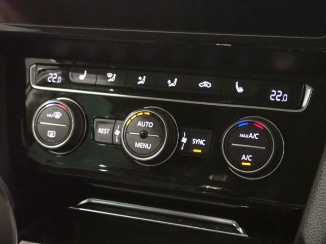 3ゾーンフルオートエアコンは運転席、助手席と後席と別々に温度調整が可能です。