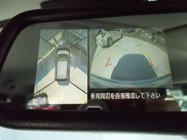 バックミラーにはアラウンドビューモニター、上空から見下ろしたように周囲を見渡せます。