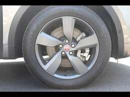 19インチ「スタイル5049」サテンダークグレーホイール。(88,000円)シリコンシルバーのボディカラーに、サテングレーのホイールを装着することで、足元が引き締まった印象になります。