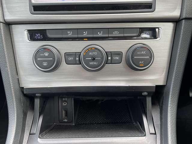 2ゾーンフルオートエアコンですので、運転席と助手席それぞれ独立して温度調節が可能です。