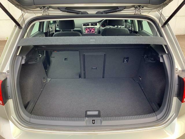 ラゲージスペースは大容量を確保しています。リアシートの背もたれを倒せば、さらに広大なスペースを使用することができます。