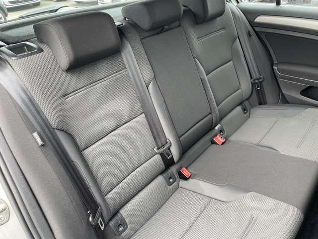 後席シートに目立つ汚れやシミ、破れなどは無く綺麗な状態です。
