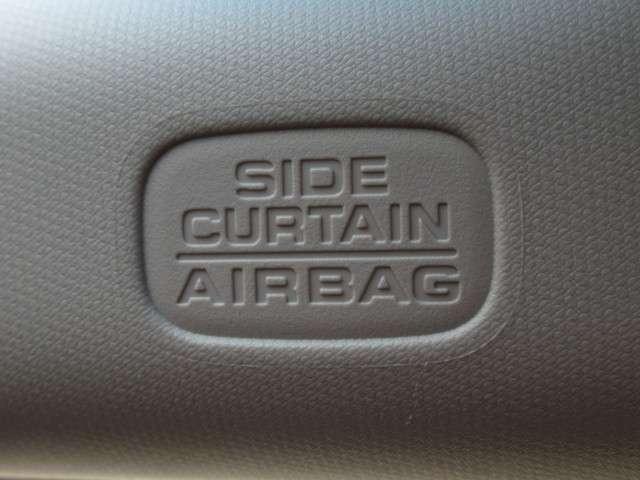 サイドカーテンエアバック付。横からの衝撃に対しても安全性を兼ね備えたサイドエアバック。側面衝突時、運転席・助手席のサイドに配置されたエアバックが膨らみ乗員を保護します。安心してお乗りいただける車両です