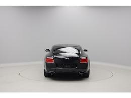 W12気筒にはオーバル型のマフラーエンド