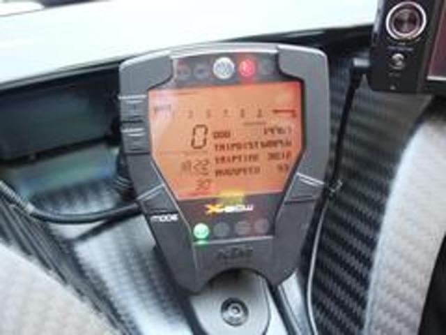 デジタル式のセンターメーターが搭載されております。速度やエンジンの回転数だけでなく、車両にかかる横Gなどが表示できます。レースモードに切り替えると、周回ラップなどレースで重要な情報を表示できます。