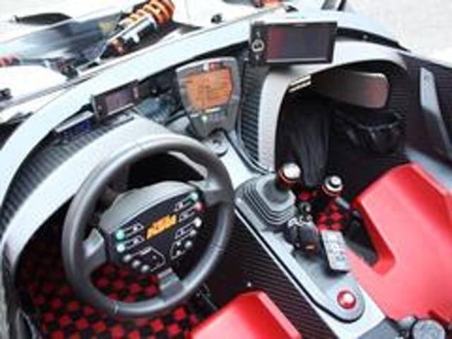 バスタブ型のモノコック内に、ドライビングに必要なアイテムのみ配されております。