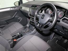 機能性とデザイン性を両立させた運転席。