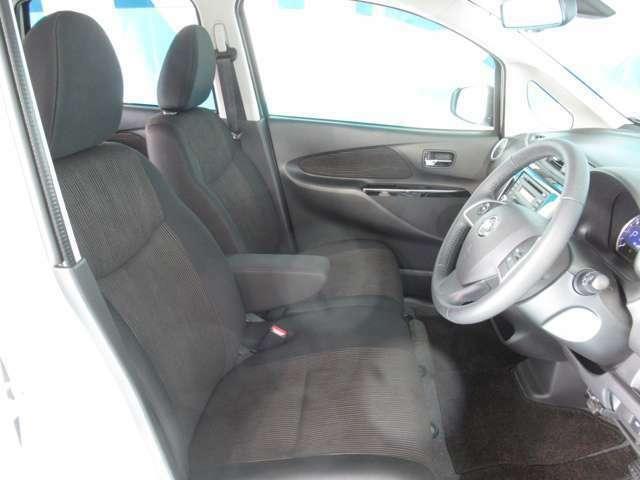 【フロント】ゆったり座れる快適なシート☆運転席&助手席♪アームレスト装備☆
