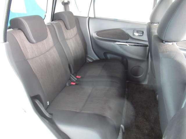 後席ドアもしっかり開いて、後席の足元もゆったりスペース☆最近の軽自動車は広いですよ(^o^)丿