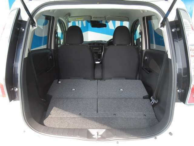 【ラゲッジスペース】後部座席を前方に倒してあげると、さらに広い空間を作り出せます♪
