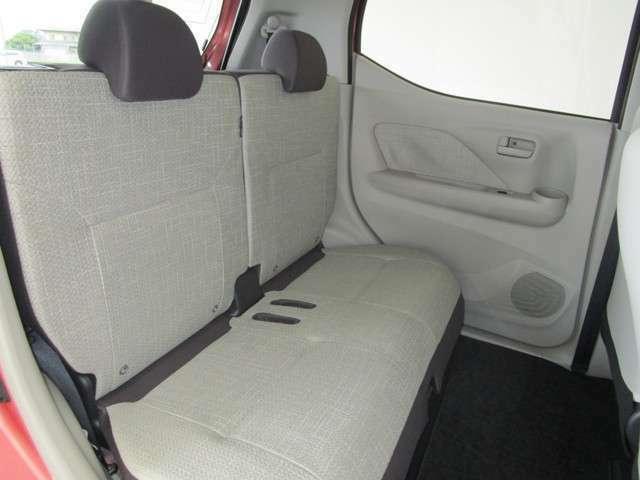 リヤシートも足もとにゆとりがあって、長時間のドライブでも快適!