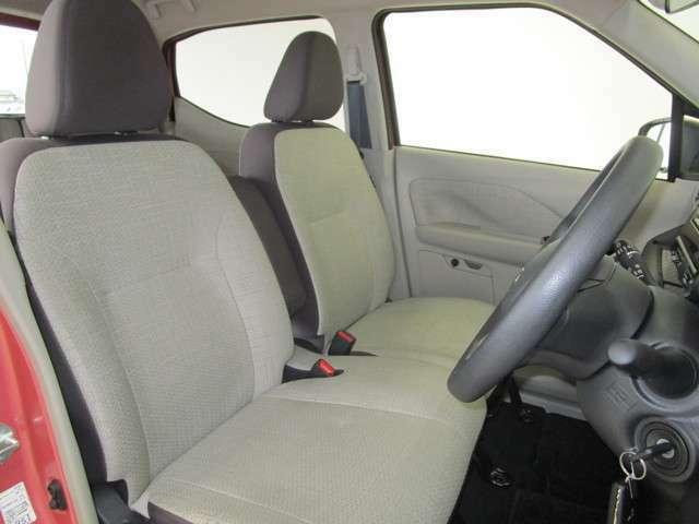 運転席はベンチシートで足もとゆったり!もちろん車内クリーニング済みなので清潔です!