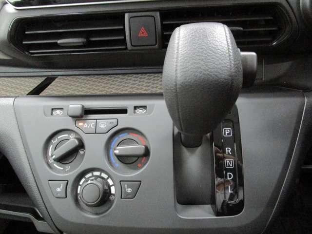 操作性のよいシフトレバーと、エアコンのスイッチ類。