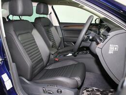 本革のフロントシート。運転席はメモリー付パワーシート。