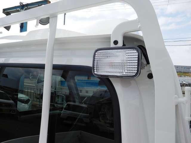 大型荷台作業灯は、ひときわ明るい21ワット。暗い場所や夜間での積み降ろしがはかどります。