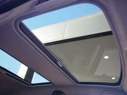 ガラスルーフを装備。開口部も広く、いつでも車内が明るい状態です。