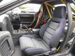 運転席は人気のバケットシートに変更済み。RE雨宮コンピューター、Rマジックエアロ、雨宮リアウイング、BLTZブーストコントローラー、ガナドールミラーなど多数の高額パーツを装備した希少価値の高い一台