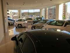 CPOは2階ショールーム内に展示されております。天候を気にせず納得のいくまでお車をお選び頂けます。
