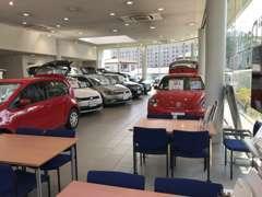 県内有数の大型ショールーム内には常時10台前後の展示車両がございます。雨の日でもゆっくりとご覧いただけます。
