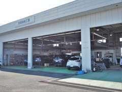 整備工場を併設しており、安心してお乗りいただくためにプロのメカニックが心をこめて整備致します。