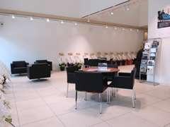 ショールーム入り口にはMINI最新モデルがお客様をお出迎え。時期により限定車の展示もございます。
