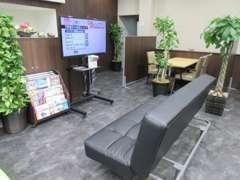 ◆お待ち頂く時間にも大型のTVや雑誌などを御用意しております。大きなソファーでおくつろぎ頂けます◆