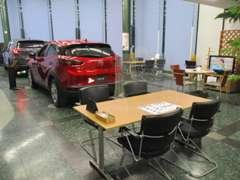 新車ショールーム。くつろげるカフェスペースです♪