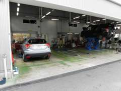 整備工場も併設。ご購入後の点検整備・修理も安心してお任せください。