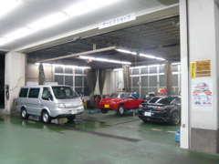 工場設備も整っております。車検、点検、板金もお任せください。
