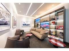 2階にはヴィンテージから最新モデルまで、高品質のフェラーリ中古車を展示しております。