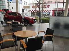 話題の新型車も展示中の店内でゆっくりとおくつろぎ下さい!!