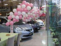 ★広いショールーム。新車のお店なので、とてもキレイです★