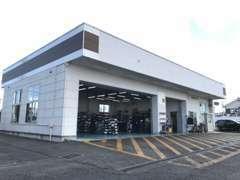 工場併設店舗です。ご購入後も安心してお車を整備出来ます。