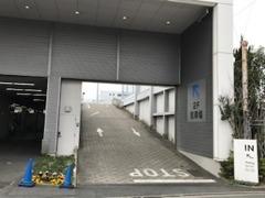 駐車場は2階です。ショールーム正面玄関の右側に入口があります。2階ではご案内係がお車を誘導いたします。