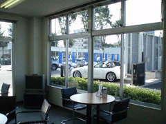 明るい商談室でおいしいコーヒーを入れてお待ちしております。