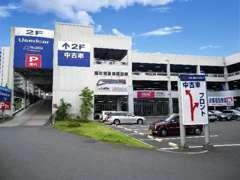 新車ショールーム併設の店舗です。建物2階にございます!