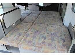 組み立て式ベッドは大人2名就寝可能です♪