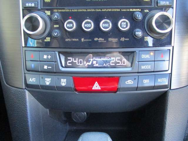 車内の空調は運転席と助手席で温度設定が分けられるデュアルオートエアコンを採用しています!