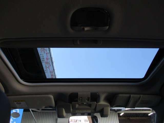 四季折々の景色が頭上から眺められる電動サンルーフも装備!車内の換気もこなし便利なアイテムです!