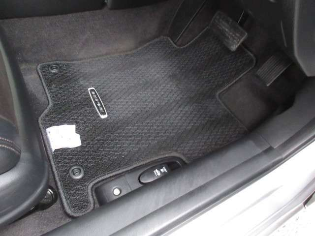 リアシートは、シートの座面を考慮し、適度なホールド感をもたせ、ゆとりある着座姿勢を保てるようにシートバックの角度を適度に設定したシートにしています。長距離にも十分適してます。