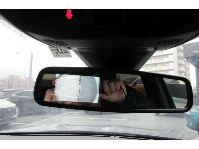 自動防眩式のルームミラーが装備されています。助手席側サイドミラー下のカメラ映像を映し出すことも可能です。