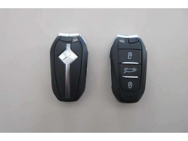 ポケットやバッグに入れたまま、ドアの施錠開錠やエンジンスタートが可能なスマートキーを装備しています。