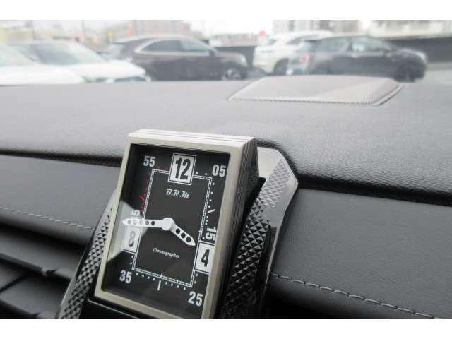 B.R.M社のアナログ時計、エンジンスタートボタンを押すと登場します。