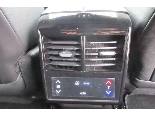 後部座席にもエアコン操作パネルが装備されています。