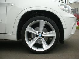 足廻りは社外アルミのオプションWスポーク21AW装着でBMWドレスアップのスポークシルバーポリッシュの21アルミにタイヤ